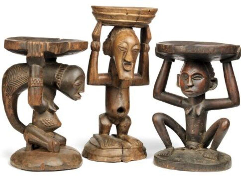 Her tre taburetter i Luba- og Songyestil af patineret træ. Auktionshuset forventer, at de bliver solgt til mellem 3000 og 5000 kroner samlet.