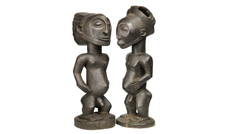 To anefigurer i træ. Begge i Hembastil. Auktionshuset forventer, de bliver solgt for mellem 4000 og 6000 kroner.