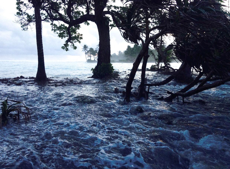 De lokales største bekymring er, at havet stiger. »Mange er bange for at øen helt forsvinder. Der er jo mange tusind kilometer til det næste sted at bo,« siger Torben Kristiansen.