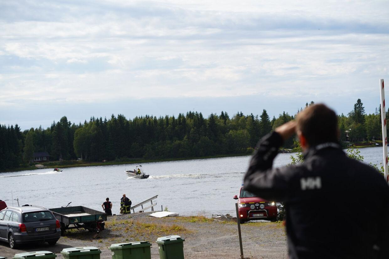En svensk redningsbåd kommer ind med vragdele til havnen i Södra Bergsboda i nærheden af ulykkesstedet søndag. Havarikommissionen er i gang med at klarlægge årsagen til flystyrtet, der kostede ni mennesker livet. 11630 Samuel Pettersson/Ritzau Scanpix