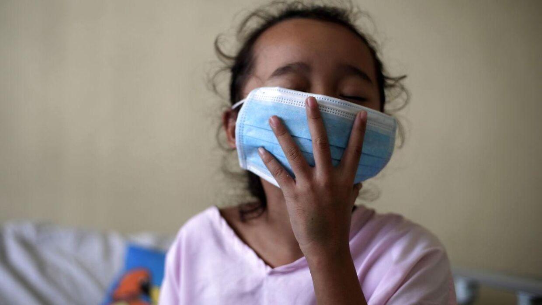 En filipinsk pige ramt af dengue feber får medinsk behandling på en isolations stue på et hospital i østatens hovedstad, Manila.