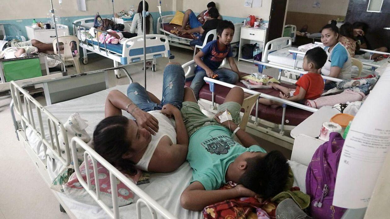 Antallet af patienter med dengue-feber er så høj på øen Samal, at patienterne er nødt til at dele senge.
