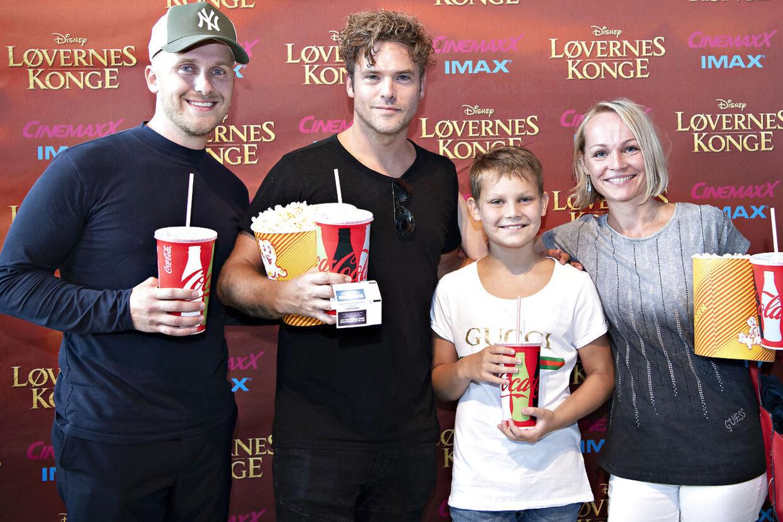 Silas Holst havde taget familien med på den røde løber for at se den nye version af Løvernes Konge.