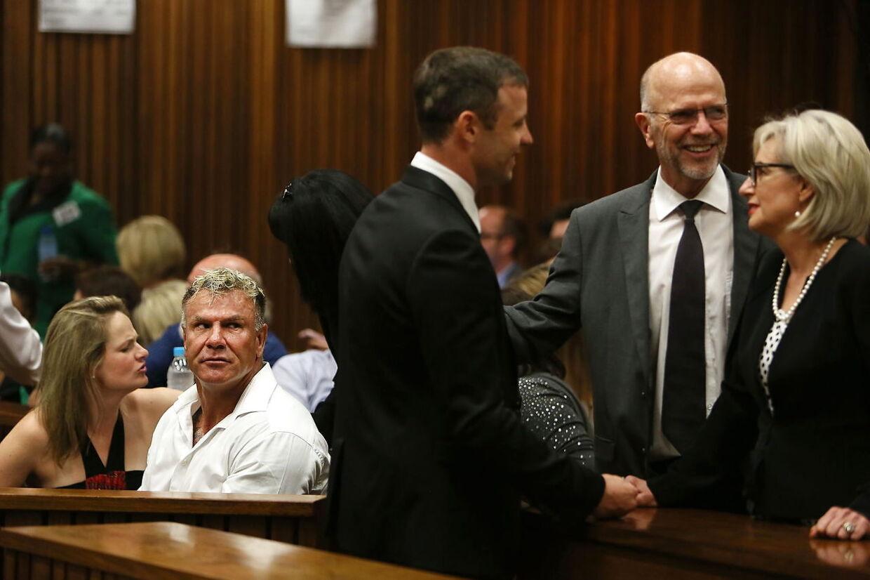 Oscar Pistorius (midten) og Marc Batchlor (tv) i retten i Pretoria, Sydafrika.
