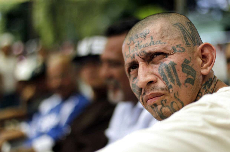 Carlos Tiberio Ramirez, en af lederne af banden MS-13, sidder på besøg i et kvindeligt fængsel i El Salvador.