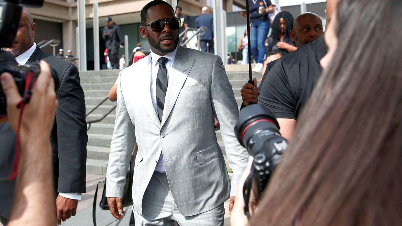 R. Kelly forlader retsbygningen i Chicago 6. juni efter at have erklæret sig ikke skyldig i anklagerne mod sig. Få dage senere blev han anholdt, mens han luftede sin hund. (Foto: Scanpix/REUTERS/Daniel Acker)