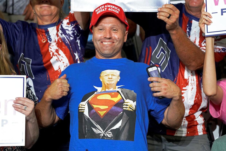 Trump-fan iser stolt sine Trump T-shirt.