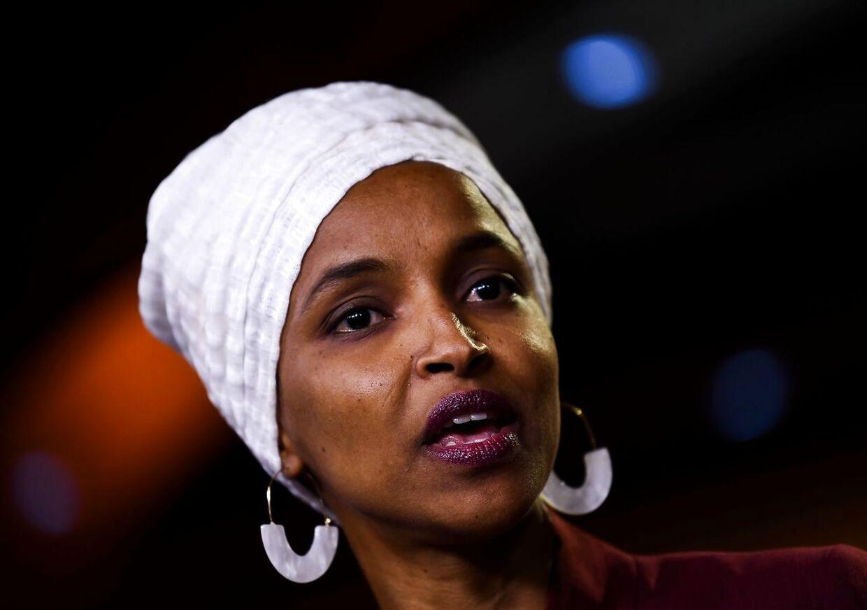 Som medlem af de demokratiske parti repræsenterer Ilhan Abdullahi Omar repræsenterer saten MInnesota.