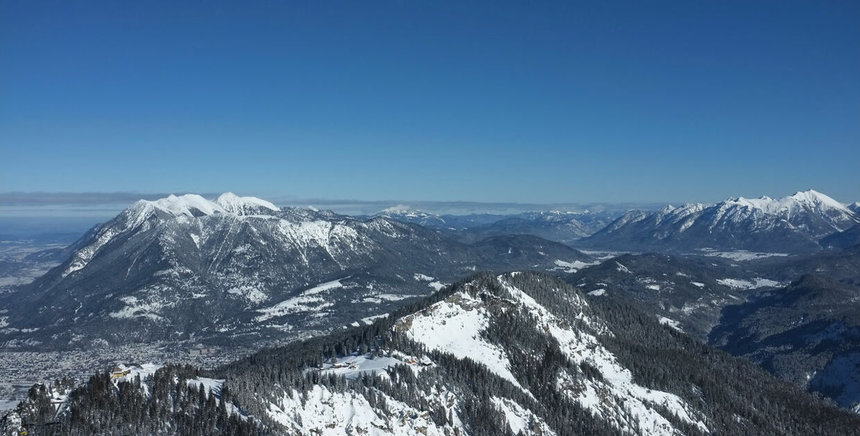 Flystyrtet skete l Alperne omkring 30 kilometer fra storbyen Innsbruck.