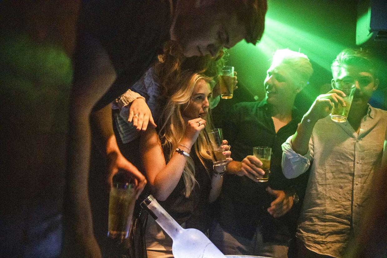 Hyttefadet i gl.skagen er befolket med unge hele natten og alt bliver vist frem, mens der er i kælderen, hvor diskoteket ligger, bruges formuer på store flasker Uge 29 i Skagen. Foto Claus Bjørn Larsen
