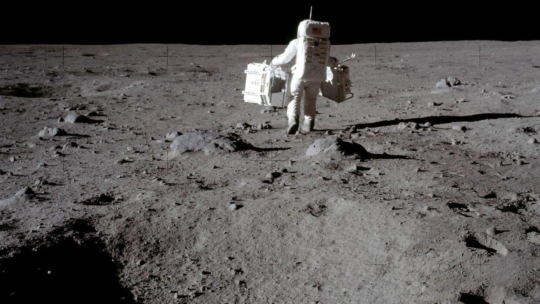 Neil Armstrong, Michael Collins og Buzz Aldrin var de tre amerikanske astronauter, der var ombord på Apollo 11. Her ses Buzz Aldrin, der bærer på udstyr til månelandingen.