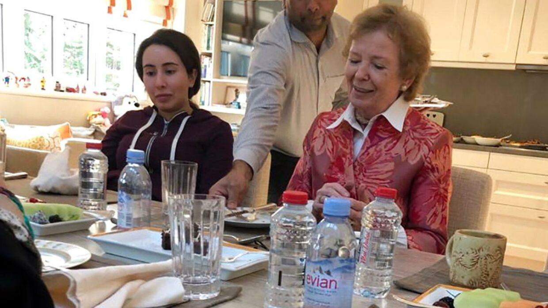 Det udleverede billede af prinsessen sammen med den tidligere irske minister og FN-kommisær, Mary Robinson, er det eneste, offentligheden har set af hende, siden hun blev pågrebet under sig flugt fra sheikdømmet.