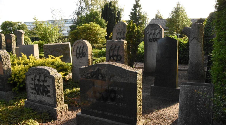 Her kan du se hærværket mod gravsten på Hadsund Kirkegård i Nordjylland.