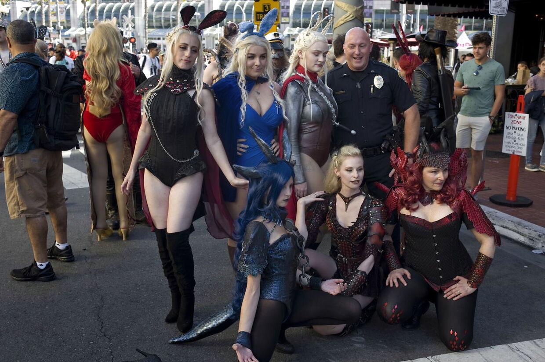 Politiet poserer sammen med sexede version er af GOT-fans.
