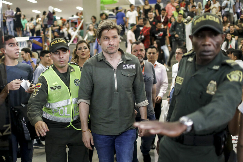 Sikkerheden er altid i top, når stjernerne fra 'Game of Thrones' møder deres fans. Her føres Nikolaj Coster-Waldau op til scenen ved en Comic Con-messe i Columbia.