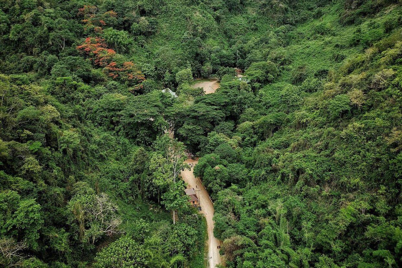 Vejen til besøgscenteret ved Tham Luang-grotten, hvor 12 fodbolddrenge blev fanget sidste år på grund af at vandstanden steg efter, de havde søgt ly i grotten under et uvejr. Tham Luang ligger i det nordlige Thailand, som den multiresistente malariatype nu har spredt sig til.
