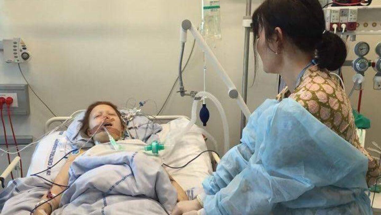 Cecilia på hospitalet sammen med sin mor. Foto: Privat.