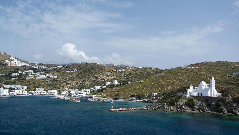 En norsk teenager er blevet anholdt og sigtet for drabsforsøg på en studiekammerat under en rejse til Ios i Grækenland.
