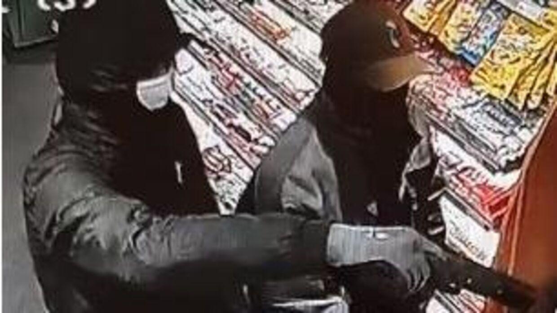 Overvågningsbillede af to af gerningspersonerne.