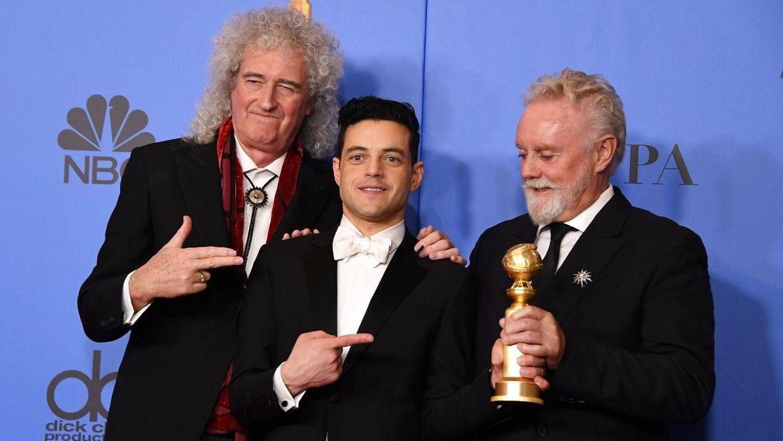 Under Golden Globe-uddelingen i januar vandt skuespiller Rami Malek prinsen for bedste mandlige hovedrolle for sin rolle i 'Bohemian Rhapsody'. Her poserer han under prisuddelingen med Brian May (tv, red.) og Roger Taylor (th, red.).