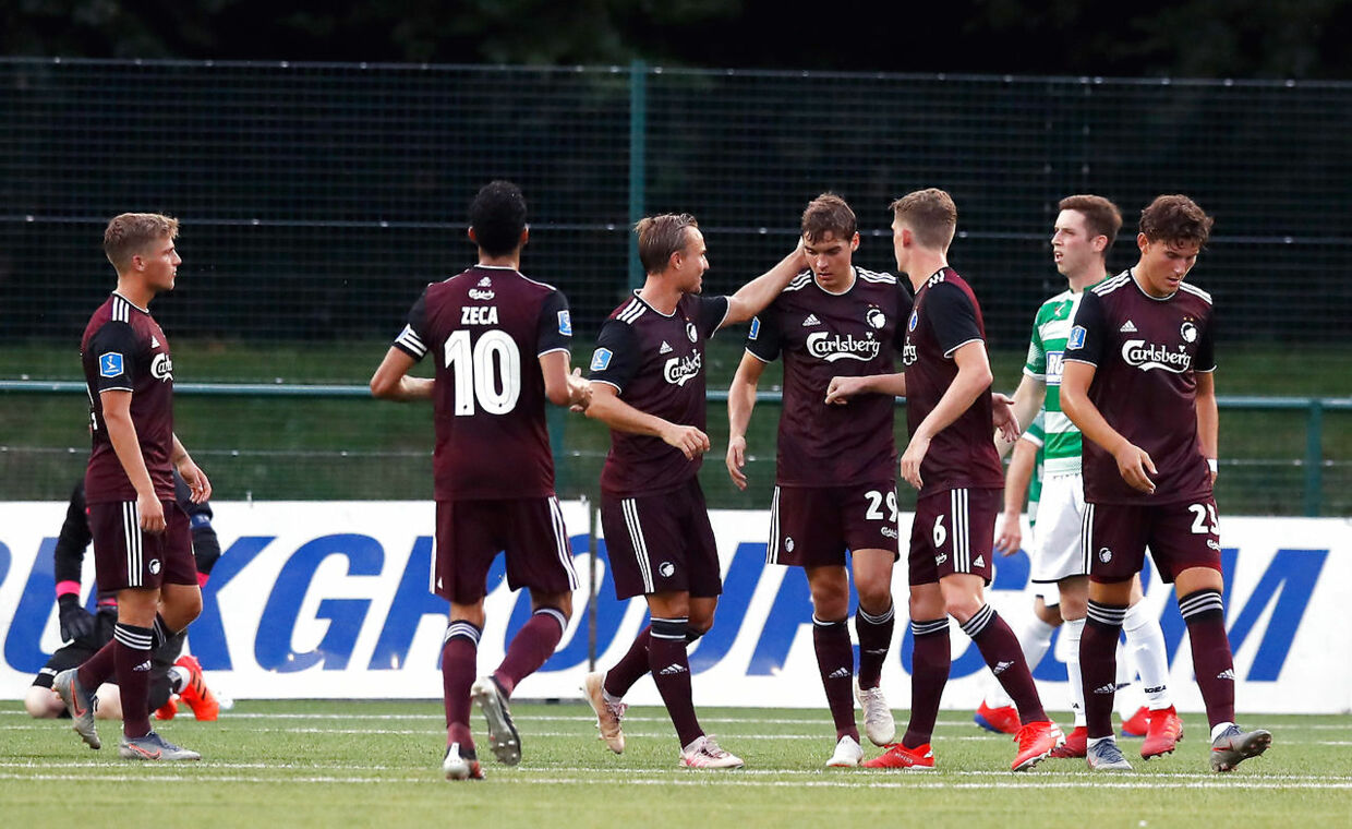 Copenhagen's Robert Skov (no. 29) celebrates scoring his side's second goal of the game from the penalty spot with team-mates during the UEFA Champions League second qualifying round first leg match at Park Hall Stadium, Oswestry. (Foto: Martin Rickett/Scanpix 2019)