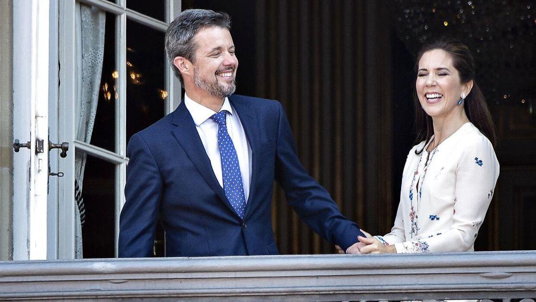 Kronprins Frederik takker for hyldesten sammen med Kronprinsesse Mary fra balkonen på Amalienborg Slot i anledning af kronprinsens 50 års fødselsdag i 2018.