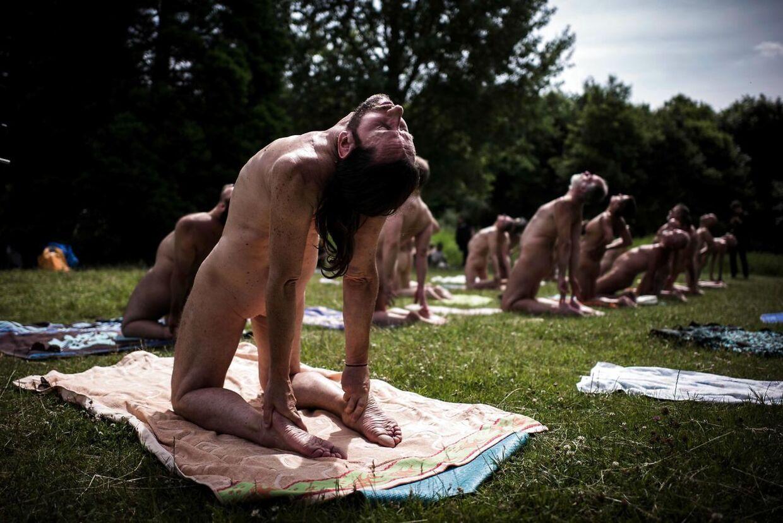 Nudisterne føler ikke, de kan være helt i fred i parken.