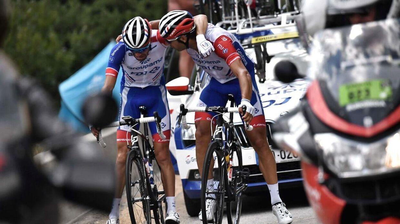 Tibaut Pinot bliver trøstet af en holdkammerat, da han forlader Tour De France.