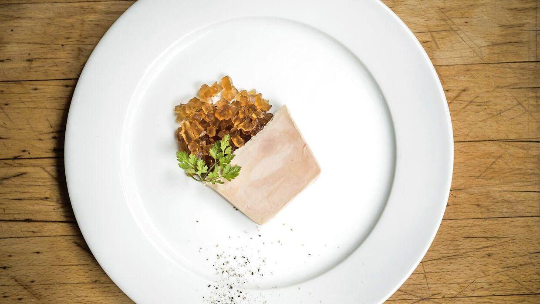 Arkivbillede af foie Gras på tallerken.