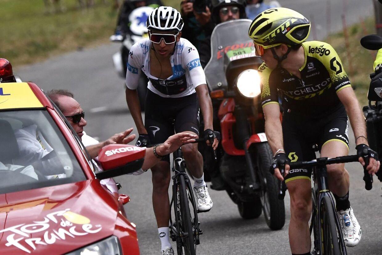 Simon Yates (th.) sad forrest med Egan Bernal, da etapen blev stoppet.