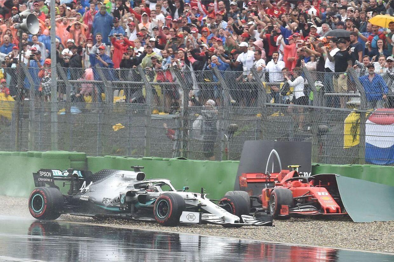 På våde veje udgik flere kørere – her udgår Charles Leclerc (rødt), mens Lewis Hamilton akkurat undgik det helt store sammenstød med barrieren.