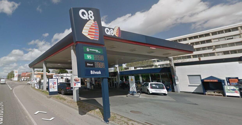 Det var på denne Q8 på Randersvej i Aarhus, at de to kvinder blev kontaktet af fire mænd.