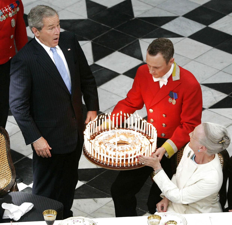 Da den amerikanske præsident George W. Bush i 2005 var på statsbesøg i Danmark, var det tilfældigvis på hans fødselsdag. Dronning Margrethe havde naturligvis sørget for, at præsidenten blev fejret med en fødselsdagskage.