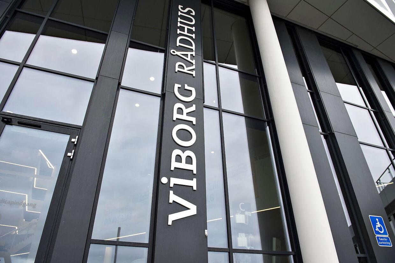 En mand truede torsdag eftermiddag med at sætte ild til sig selv på Viborg Rådhus.
