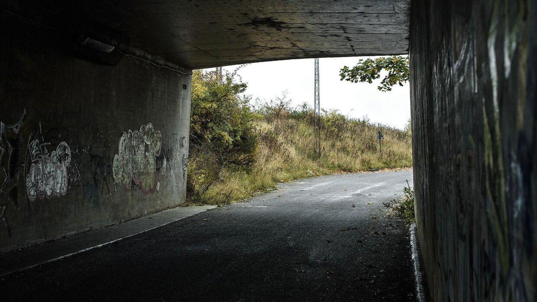 Motorvejstunnellen, som man går igennem, hvis man fortsætter ligeud efter Kodakstien. Plejehjemmet Solbakken – med overvågning pegende ud mod vejen 0 ligger på højre side lige efter tunnellen.