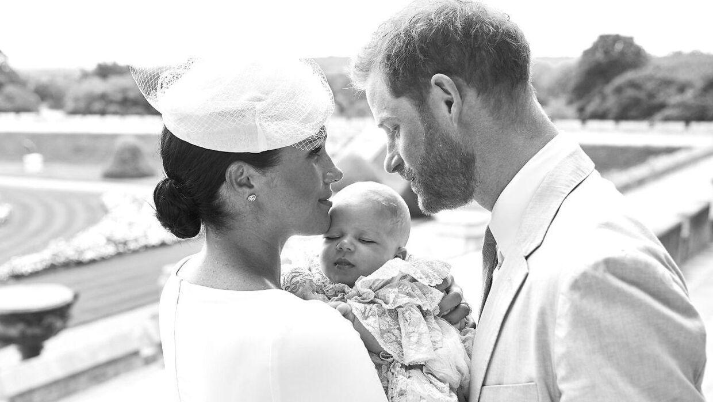 Det var kun en lille, særlig flok, der blev inviteret til prins Archies barnedåb. Billeder derfra er taget og distribueret af kongehuset. Blandt andre dette.