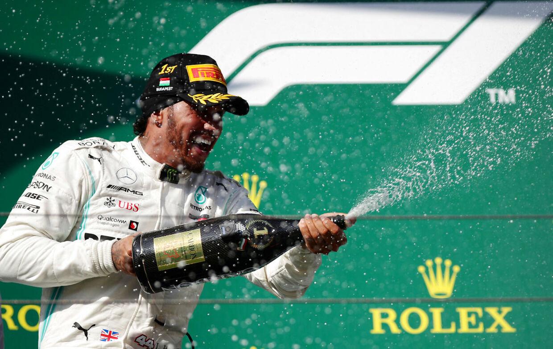 Lewis Hamilton fortsætter hos Mercedes.