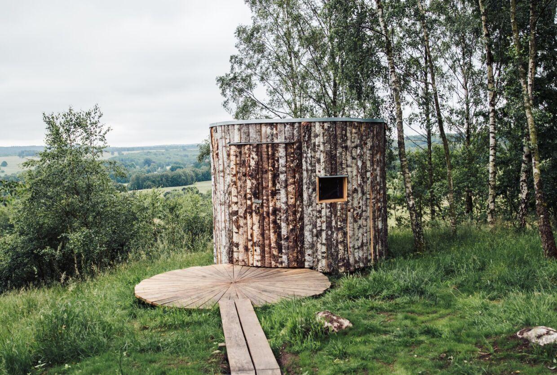 De to nyindviede shelters, som bærer navnene Birk og Birka, er nok blandt Sveriges smukkeste. Til efteråret udvides med den lidt større shelter Ronja. (Foto: sarahinthegreen.com)
