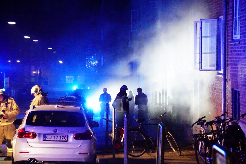 Det var natten til den 14. juli, at der blev smidt en røgbombe gennem ruden på en lejlighed i Eckersbergsgade i Aarhus. Med røgbomben var en seddel med teksten I Aarhus straffes forrædere, Judas svin. Presse-Fotos.dk/Ritzau Scanpix