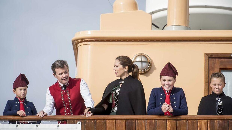 Her ses kronprinsparret med deres børn under en tur til Færøerne sidste år.