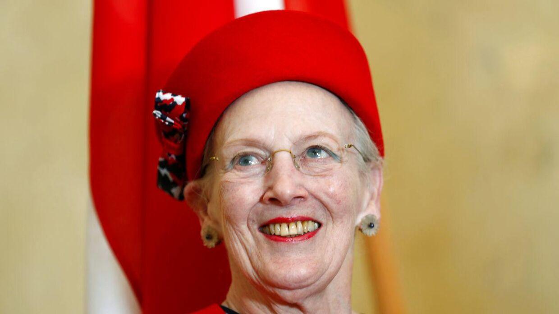 Dronningen ses her ved en velkomstceremoni i Tallinn, Estland. Hun var der for at fejre markeringen af 800-året for dagen, hvor Dannebrog faldt ned fra himmelen i det østeuropæiske land. REUTERS/Ints Kalnins