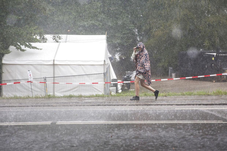 Regnen væltede ned over Smukfest torsdag.