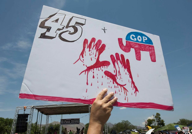 Dette skilt fra El Paso antyder, at Donald Trump har blod på hænderne.