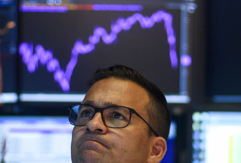 Mandag styrdykkede det amerikanske aktiemarked. Her ses en trist mand på Wall Street.