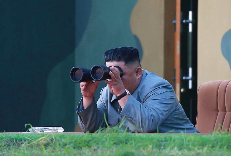 Den nordkoreanske diktator Kim Jong-un tjekker på sikker afstand sit nyeste missil ud.