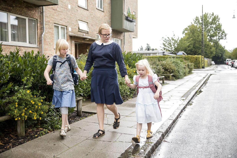 På tirsdag begynder Esther Rosenblad i skole. For hendes storesøster Edith, der skal i 4. klasse på Ellebjerg Skole, er skolen blevet hverdag.
