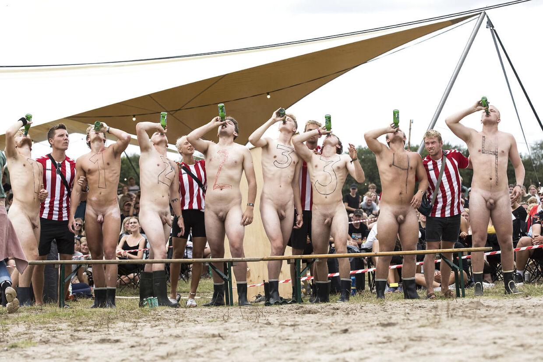 Løbet starter ved, at alle deltagerne bunder en øl.