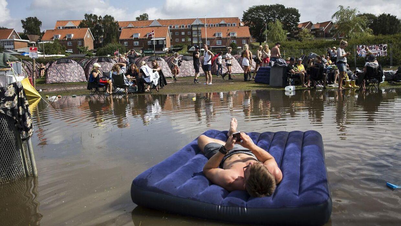 Campingområdet på Smukfest er lørdag oversvømmet med vand.