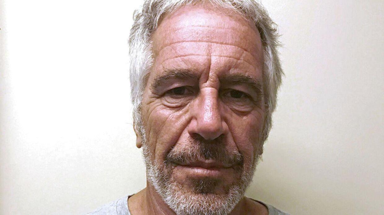Epstein sad i Manhattan Correctional Center og var anklaget for menneskehandel og overgreb mod adskillige mindreårige piger. Han blev 10. august fundet død.