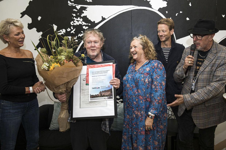 Sebastian fik overrakt prisen af Søs Egelind og Kirsten Lehfeldt, der har stiftet Polka Verner legatet.
